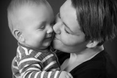 Baby får kys af mor