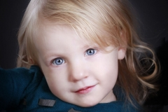 portraetfoto_farvefoto_af_pige_med_smukke_oejne_profilfoto