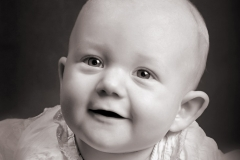 Baby i dåbstøj