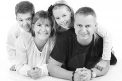 familiefoto_paa_hvid_baggrund_afslappet_fotograf_profilfoto